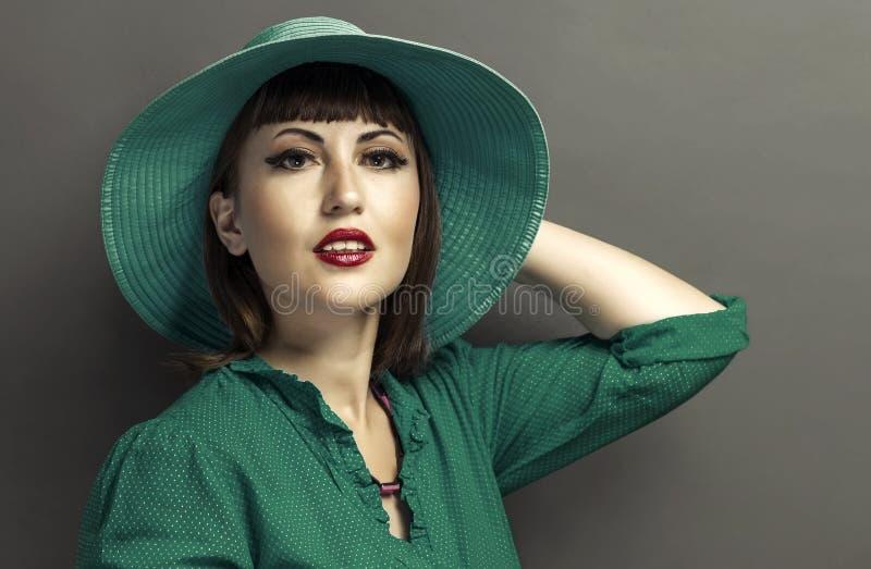 Retrato retro de una mujer hermosa con el sombrero imagenes de archivo