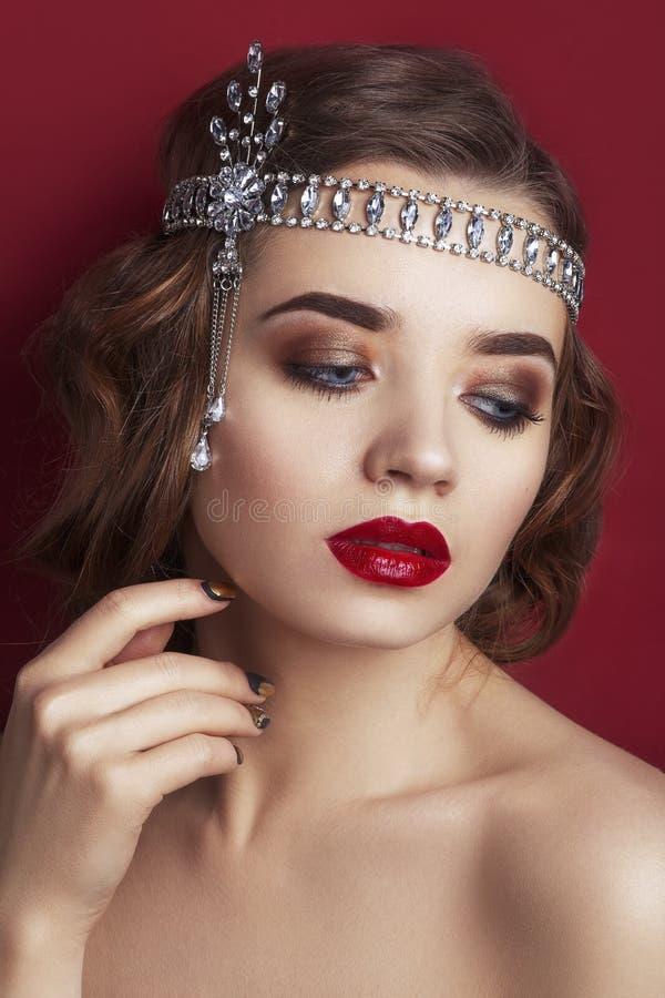 Retrato retro de una mujer hermosa en un fondo rojo Estilo de la vendimia Foto de la belleza de la moda Mujer con el pelo rizado fotografía de archivo libre de regalías