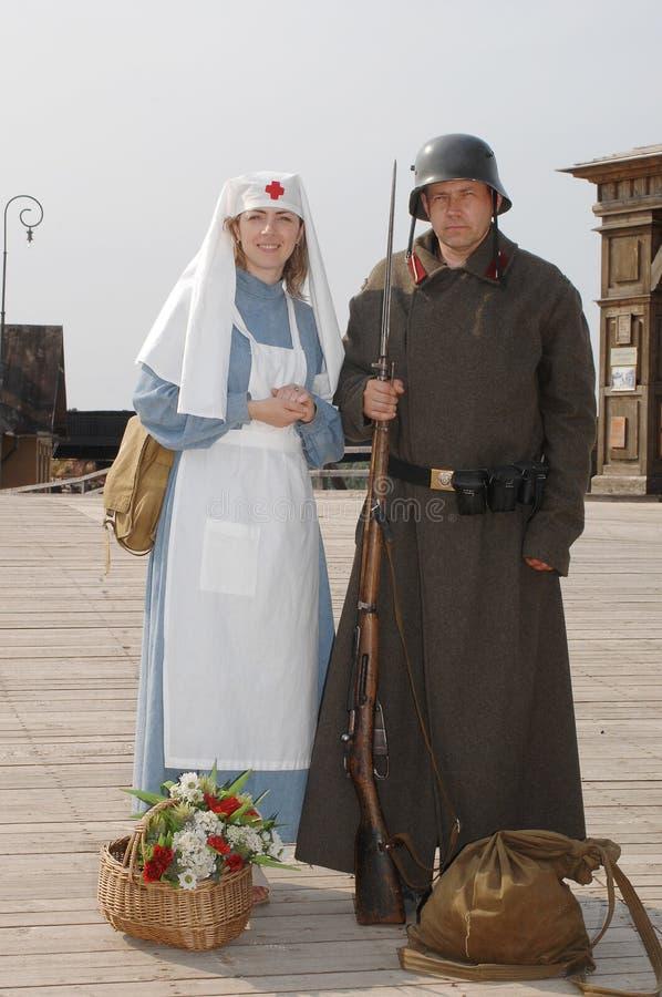 Retrato retro do estilo com enfermeira e soldado fotografia de stock