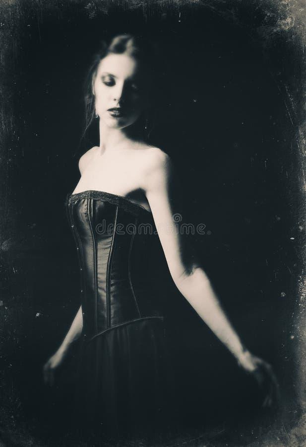 Retrato retro dramático de la muchacha gótica triste hermosa entre la oscuridad Viejo efecto de la película, blanco y negro fotos de archivo libres de regalías