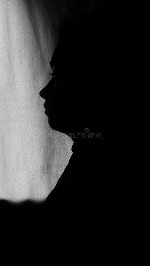 Retrato retroiluminado de la muchacha foto de archivo