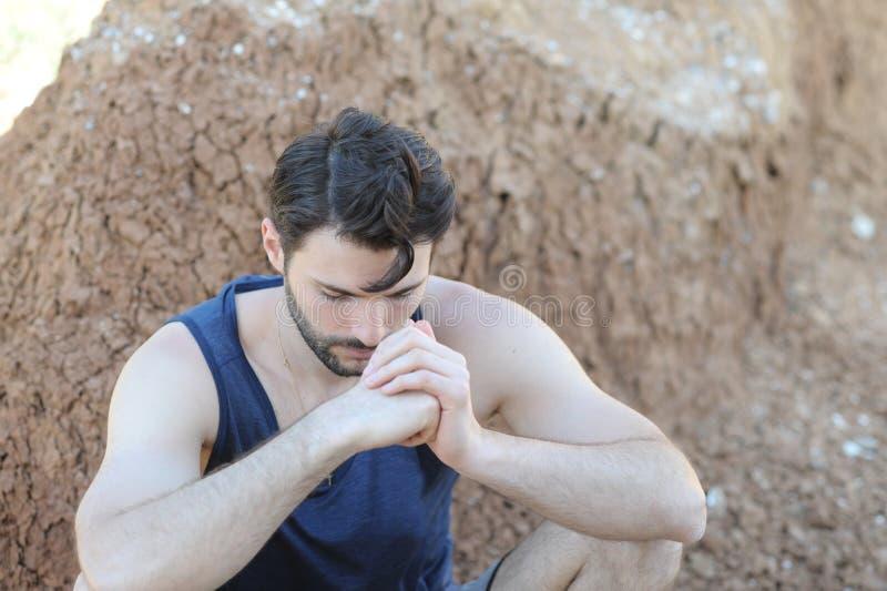 Retrato rezando triste novo do homem imagens de stock