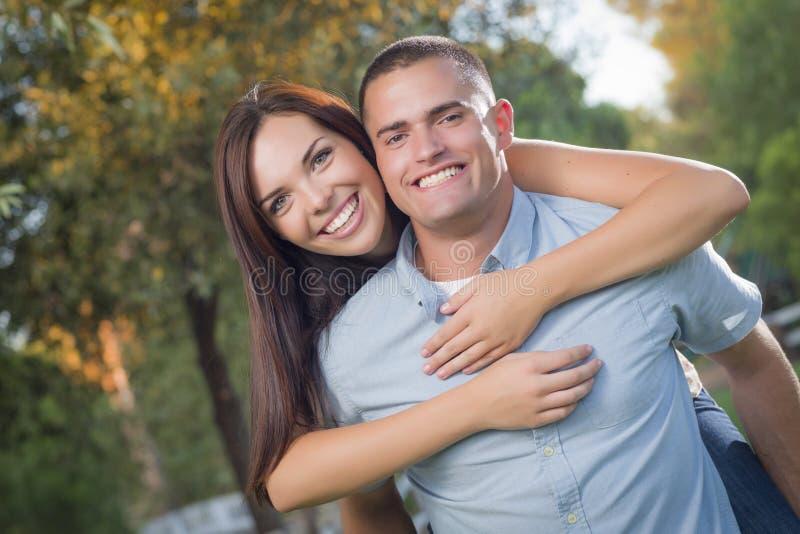 Retrato romántico de los pares de la raza mixta en el parque fotografía de archivo libre de regalías