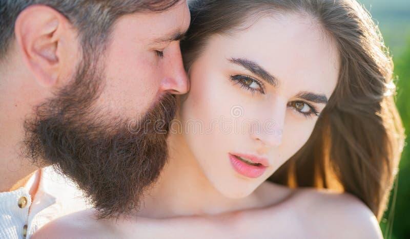 Retrato romántico de un par sensual en amor Pares jovenes que tienen sexo intenso apasionado Amor humano de la juventud de las em fotos de archivo