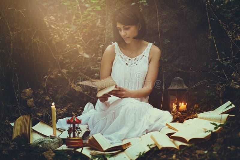 Retrato romántico de una mujer en un bosque foto de archivo