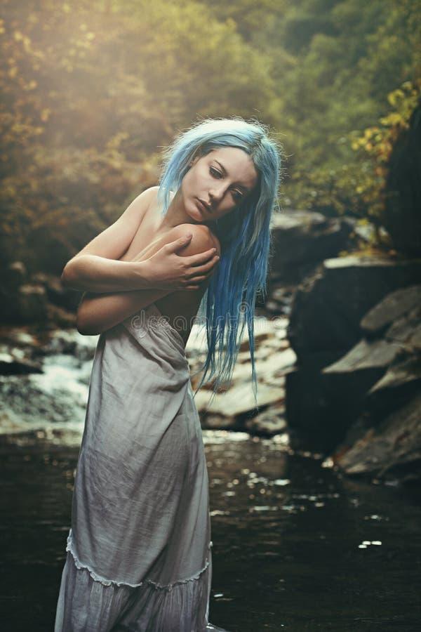 Retrato romántico de una mujer joven en la corriente fotografía de archivo libre de regalías
