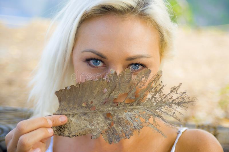 Retrato romántico del aire libre de la muchacha rubia hermosa y feliz joven con los ojos azules magníficos que juegan con la cubi foto de archivo libre de regalías