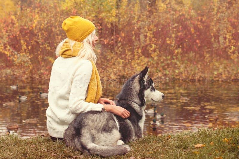 Retrato romántico del otoño de una mujer y de su perro fotos de archivo libres de regalías