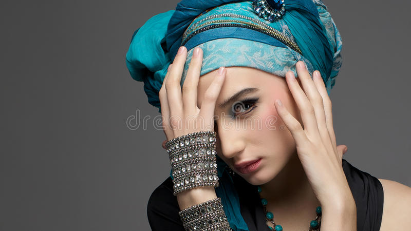 Retrato romântico da jovem mulher em um turbante de turquesa com jewe fotos de stock
