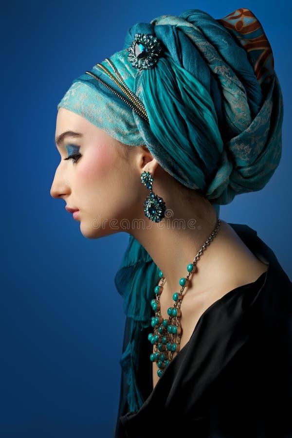 Retrato romântico da jovem mulher em um turbante de turquesa em um Beau imagem de stock royalty free