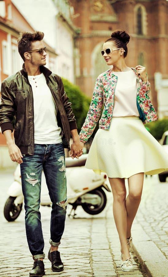 Retrato romântico de um par de passeio imagens de stock