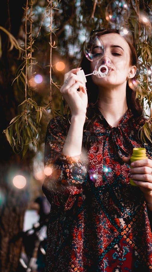 Retrato rom?ntico da jovem mulher com bal?es do sab?o fotos de stock royalty free