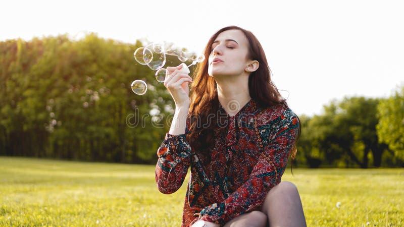 Retrato rom?ntico da jovem mulher com bal?es do sab?o imagens de stock royalty free