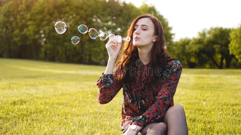 Retrato rom?ntico da jovem mulher com bal?es do sab?o imagem de stock