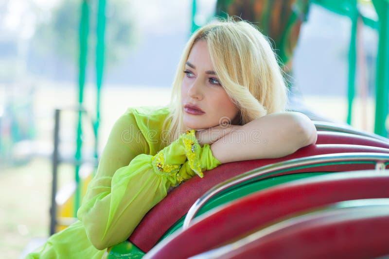 Retrato rubio elegante de la mujer de la moda en summe del parque de atracciones imagen de archivo