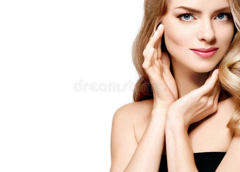 Retrato rubio hermoso de la muchacha, cara de la mujer con el peinado rizado perfecto imagen de archivo