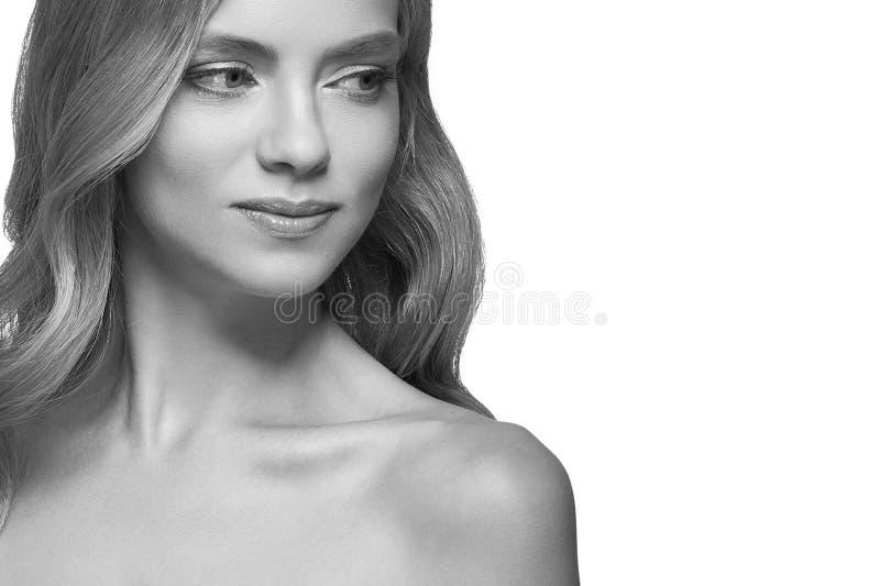 Retrato rubio hermoso de la muchacha, cara de la mujer con el peinado rizado perfecto imagenes de archivo