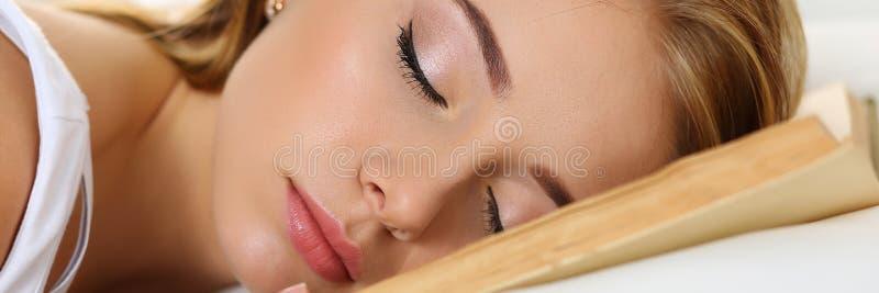 Retrato rubio hermoso joven de la mujer que miente en cama imagen de archivo