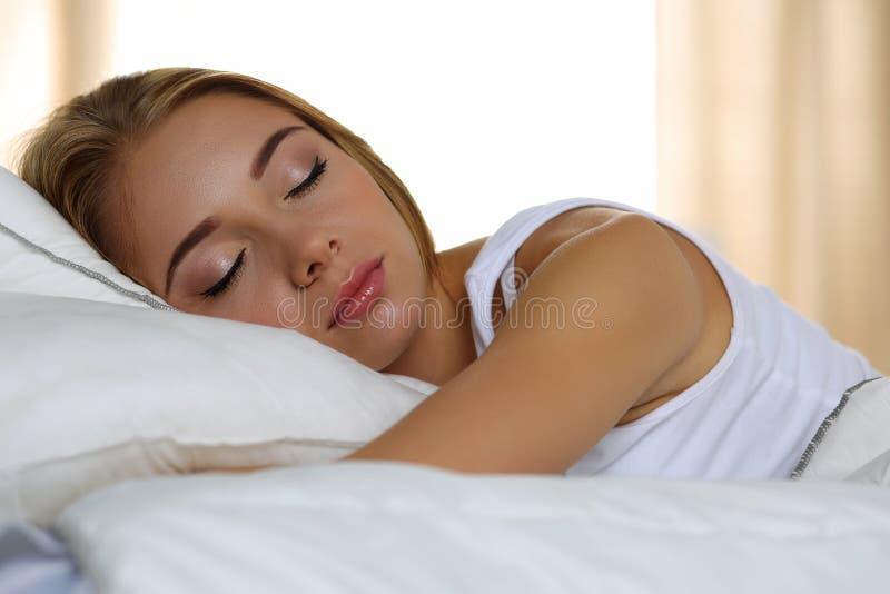 Retrato rubio hermoso joven de la mujer que miente en dormir de la cama fotos de archivo libres de regalías