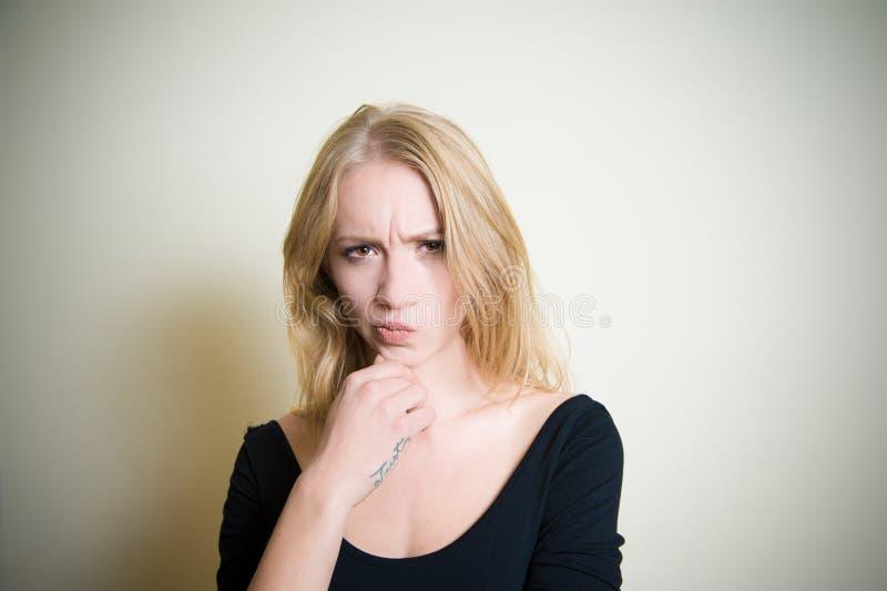 Retrato rubio joven dudoso de la mujer fotos de archivo