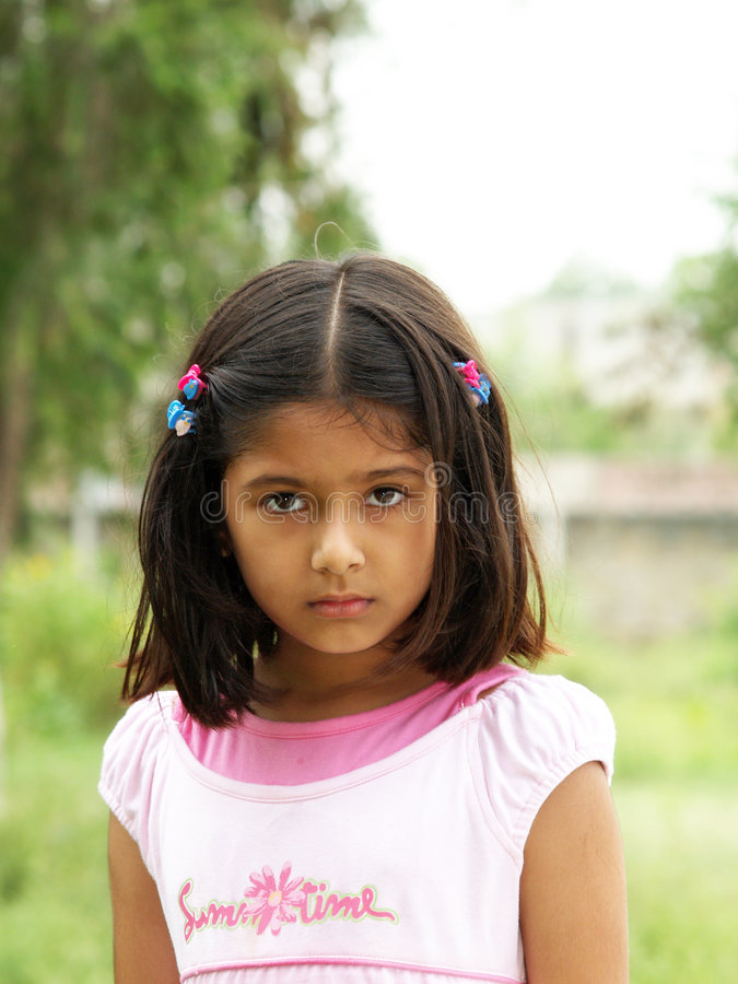 Retrato sério pequeno da menina fotos de stock