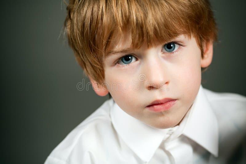 Retrato sério pequeno do menino foto de stock