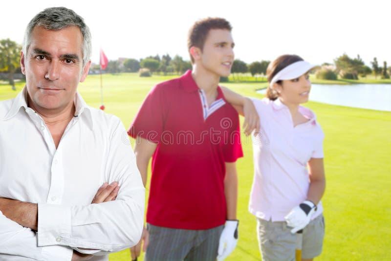 Retrato sênior do homem do jogador de golfe do golfe com pares imagens de stock royalty free