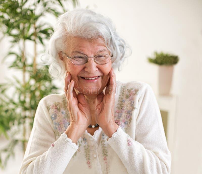 Retrato sênior feliz da mulher fotografia de stock royalty free