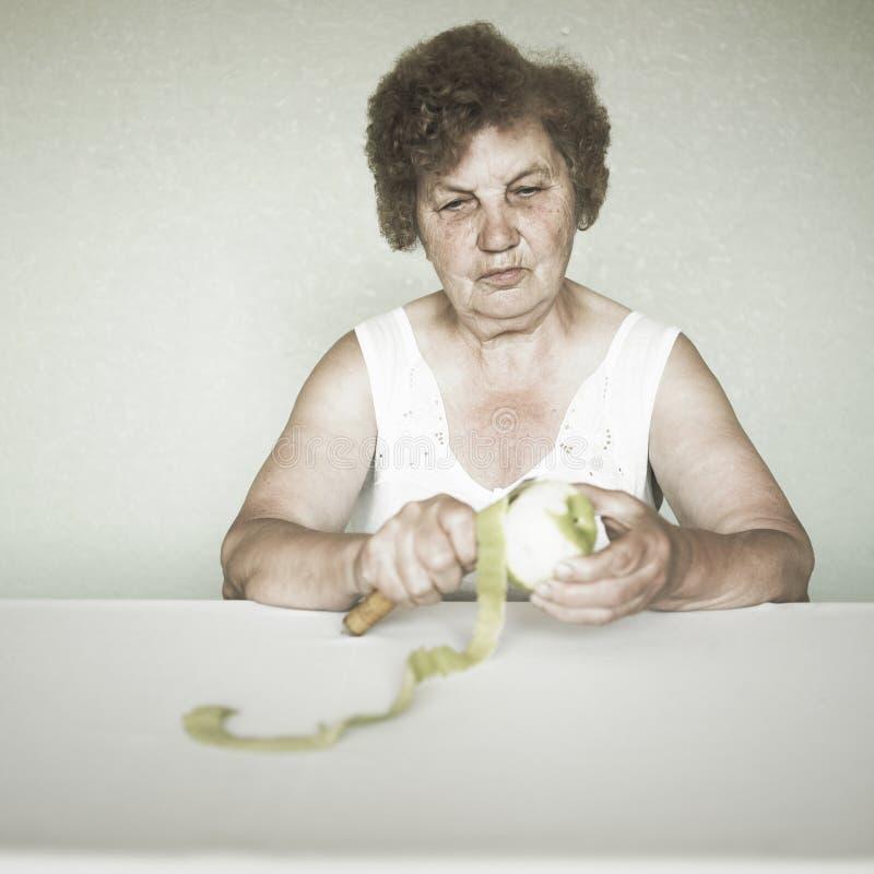 Retrato sênior gracioso da senhora com maçã foto de stock royalty free