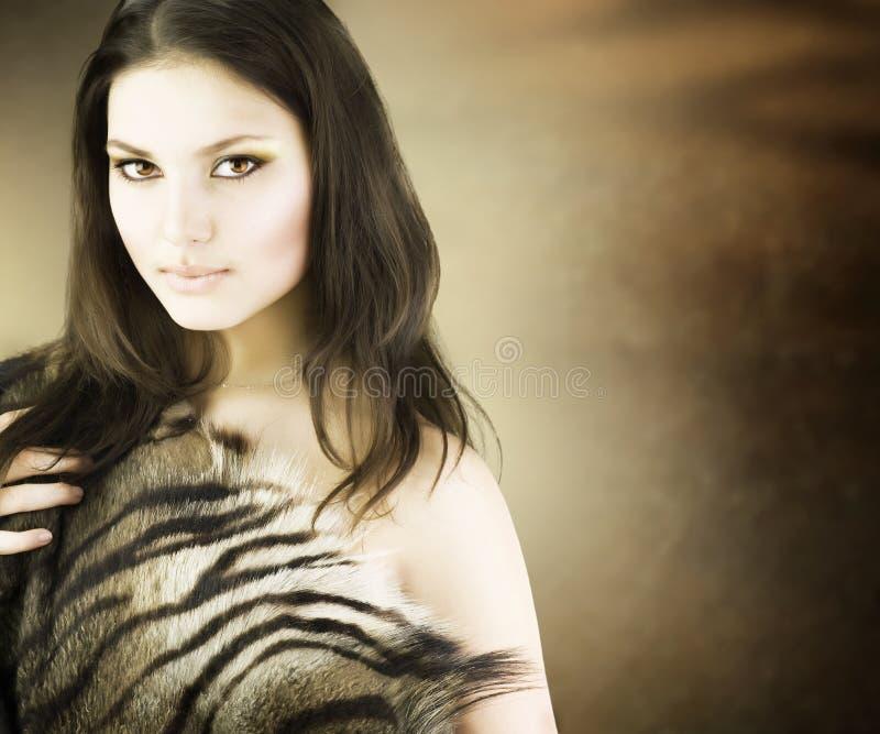 Retrato salvaje hermoso de la muchacha foto de archivo