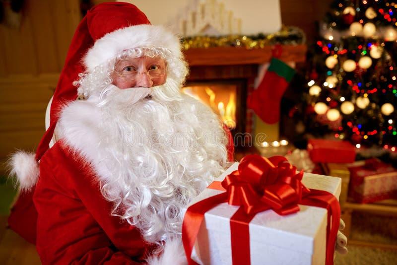 Retrato Santa Claus com o presente para você imagens de stock