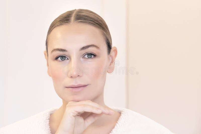 Retrato saudável agradável da mulher foto de stock royalty free