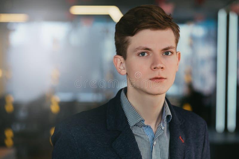 Retrato seguro ambicioso bem sucedido do homem novo imagens de stock royalty free