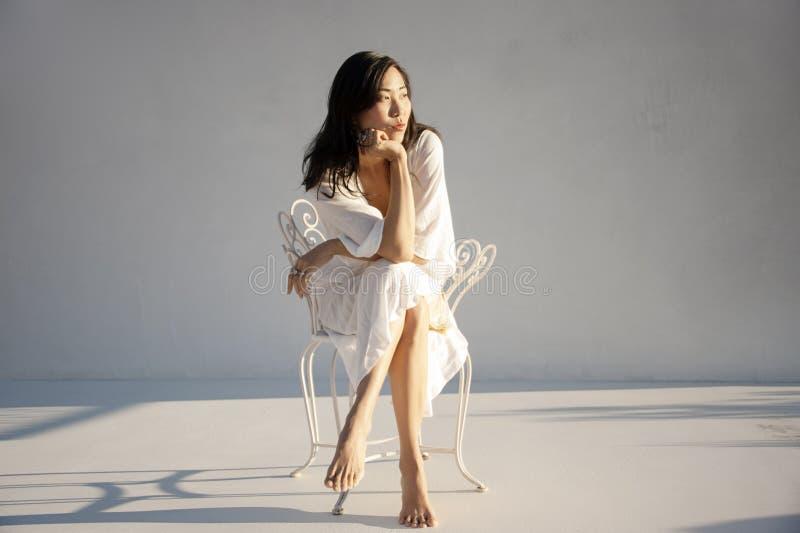 Retrato seguro da mulher americana coreana asi?tica imagens de stock