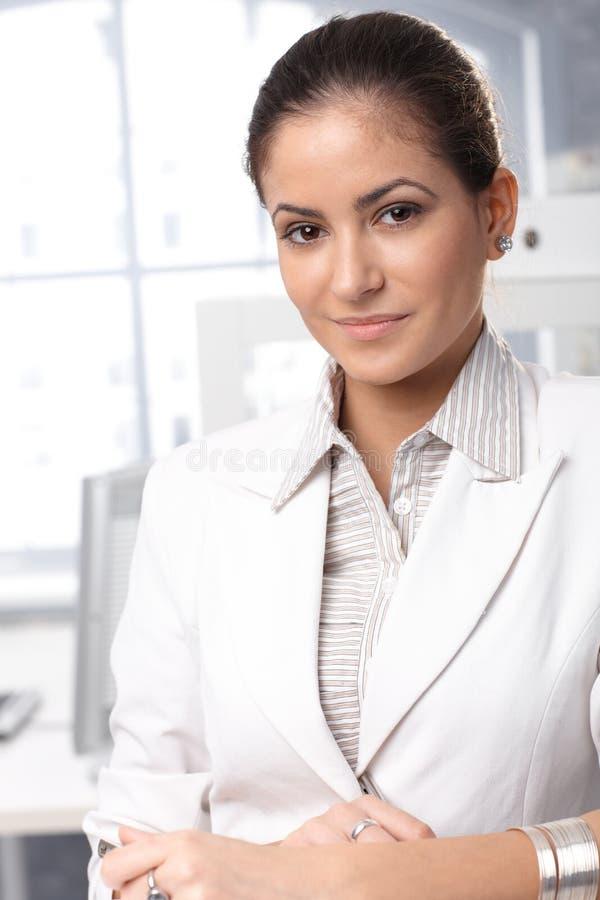 Retrato seguro da mulher de negócios fotografia de stock royalty free