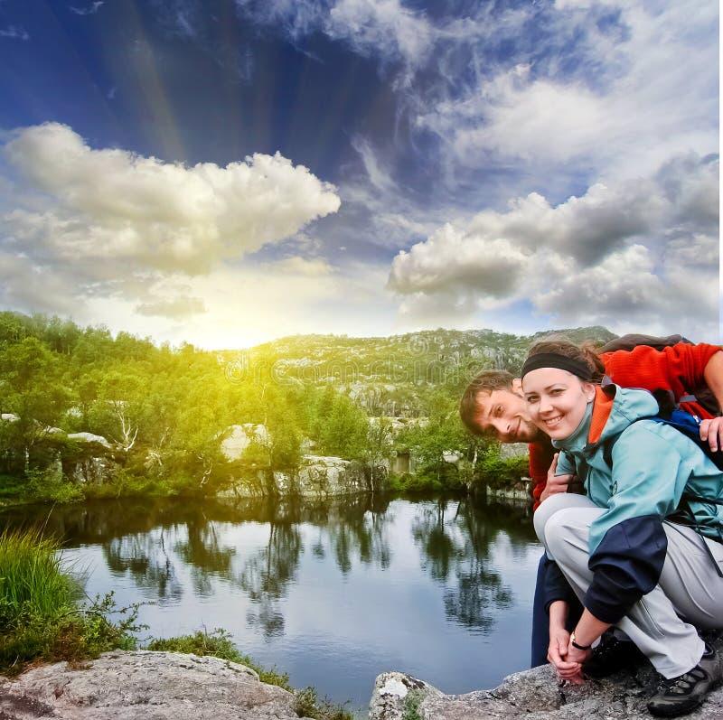 Retrato, selfi, chica joven feliz del inconformista de los pares y hombre con una barba en las montañas de Noruega, en ropa de de imagen de archivo libre de regalías