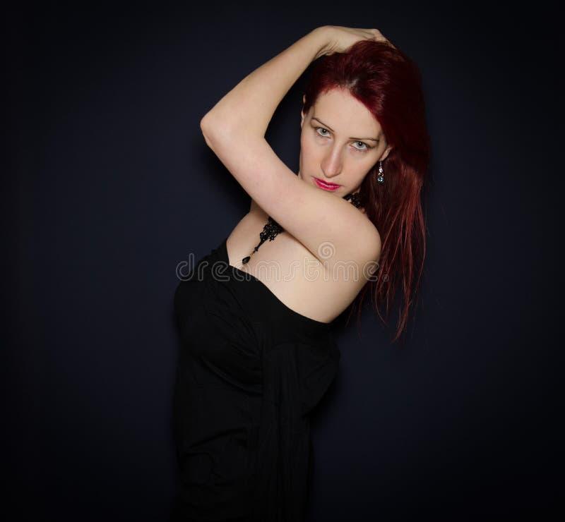 Retrato sensual da mulher isolado contra o fundo escuro imagem de stock