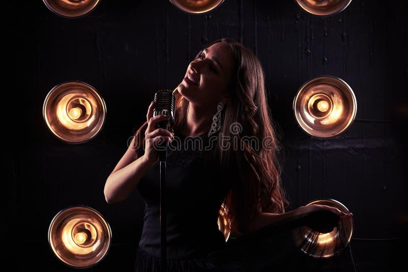 Retrato sensual da mulher lindo na luz não ofuscante que guarda uma bainha de imagem de stock