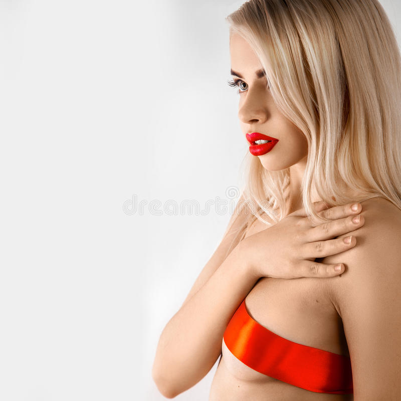 Retrato sensual de la muchacha rubia agradable con la cinta en looki del pecho fotos de archivo libres de regalías