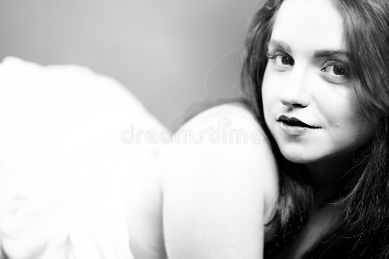 Retrato sensual de la mujer desnuda joven imagenes de archivo