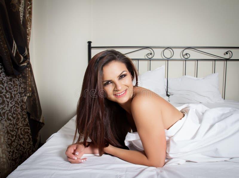 Retrato sensual de uma mulher bonita imagens de stock royalty free