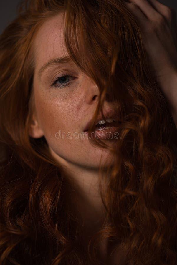 Retrato sensual de una mujer hermosa redheaded fotos de archivo