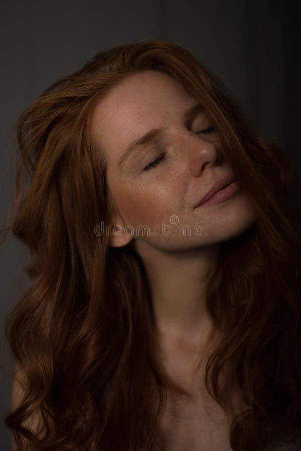 Retrato sensual de una mujer hermosa redheaded imagenes de archivo