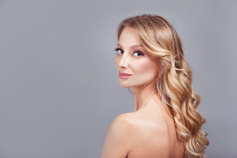 Retrato sensual del primer de la moda de la mujer bonita joven rubia en fondo gris imagen de archivo libre de regalías