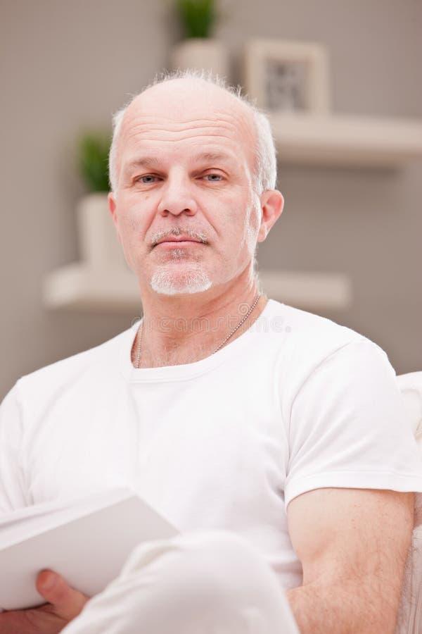 Retrato serio de un hombre cansado imagen de archivo