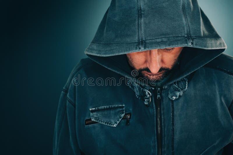 Retrato serio del hombre adulto con sudadera con capucha imagen de archivo libre de regalías