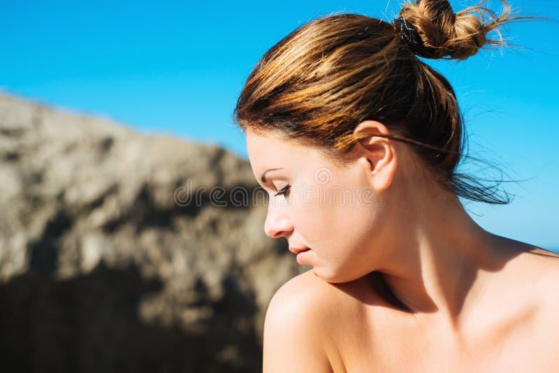 Retrato soleado hermoso de una mujer joven imagen de archivo libre de regalías
