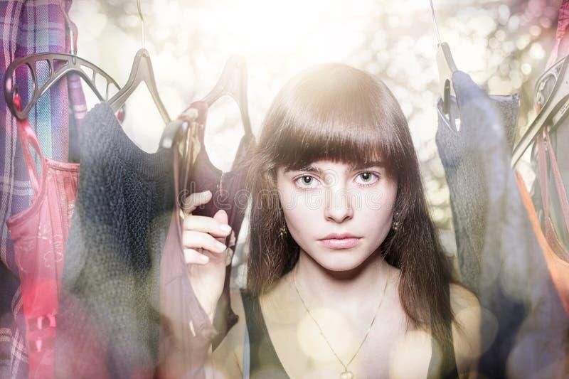 Retrato sonhador de um adolescente com seu vestuário fotografia de stock