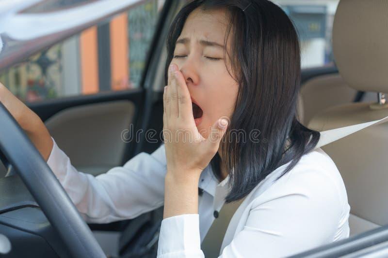 Retrato sonolento, bocejo do close up, jovem mulher próxima dos olhos que conduz ele fotografia de stock royalty free