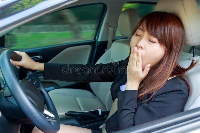 Retrato sonolento, jovem mulher cansado, próxima do close up dos olhos que conduz h fotografia de stock royalty free